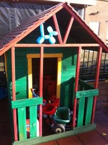 Ballonnenhondje in de speeltuin aan het genieten
