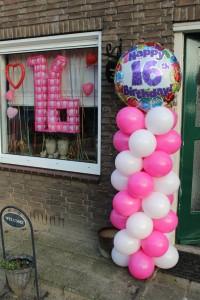16e verjaardag ballonnen pilaar met ronde cijfer topballon
